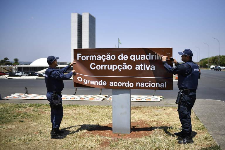 ORG XMIT: 120201_1.tif Estátua simbolizando a Justiça, em frente à sede do Supremo Tribunal Federal, na praça dos Três Poderes, em Brasília (DF). (Brasília, DF, 08.03.2003, 12h40. Foto de Bruno Stuckert/Folhapress)///BRASILIA, DF, BRASIL, 04-11-2013, 19h30: Prédio do Congresso Nacional é iluminado de azul, como parte da campanha Novembro Azul, que chama atenção para a prevenção do câncer de próstata. (Foto: Pedro Ladeira/Folhapress, PODER)