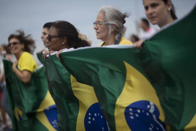 Manifestantes protestam contra a corrup��o e a favor da Opera��o Lava Jato na praia de Copacabana