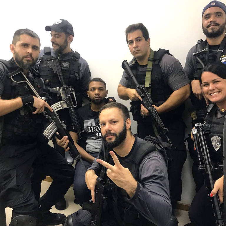 Policiais tiram selfies com Rogério 157 após prisão