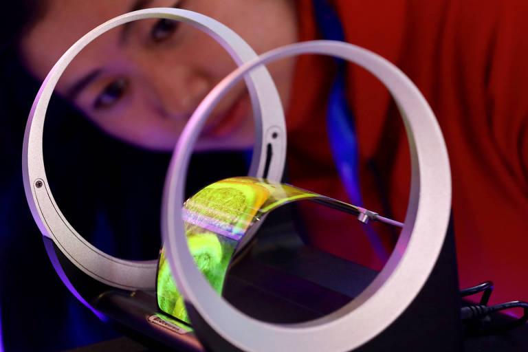Visitante observa tela flexível durante a World Internet Conference, na China