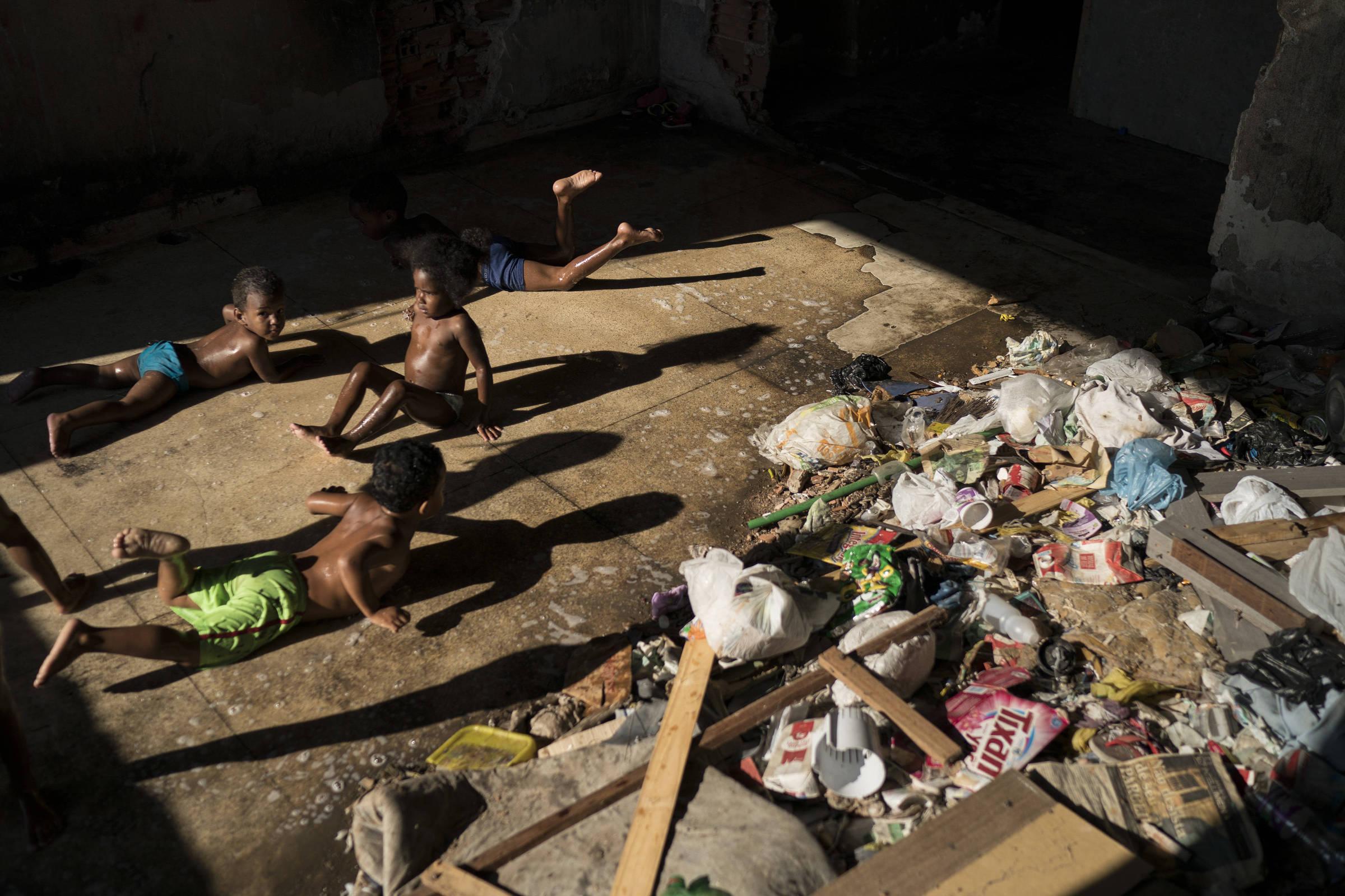 Resultado de imagem para Total de pobres no país cresce a 54,8 milhões em 2017, afirma IBGE