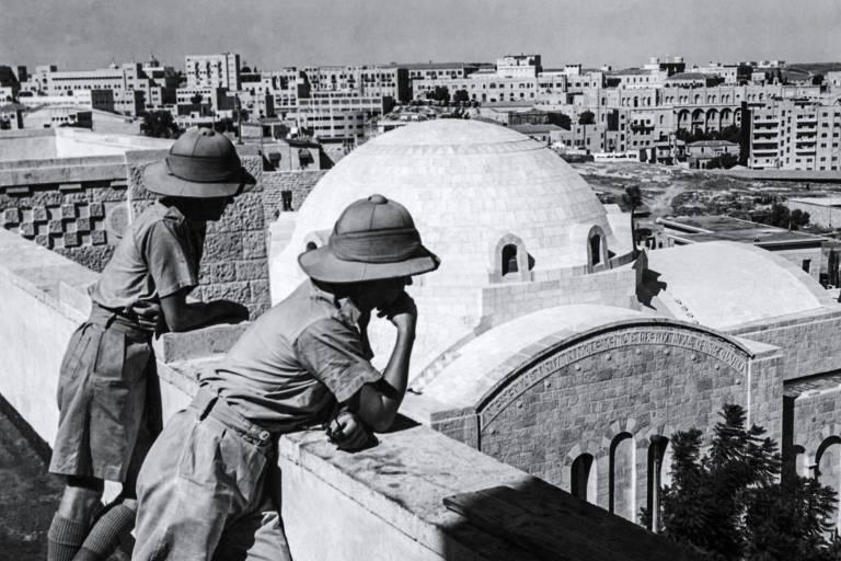 Dois funcion�rios brit�nicos observam Jerusal�m do telhado de uma casa em 1947