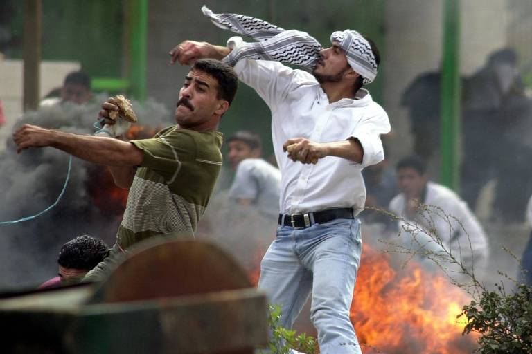 Palestinos atacam soldados israelenses ap�s visita de Ariel Sharon a Esplanada das Mesquitas em 2000