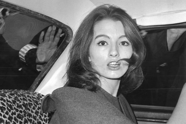 """A modelo Christine Keeler em Londres em 1963, pouco após o """"Caso Profumo"""" ser revelado"""