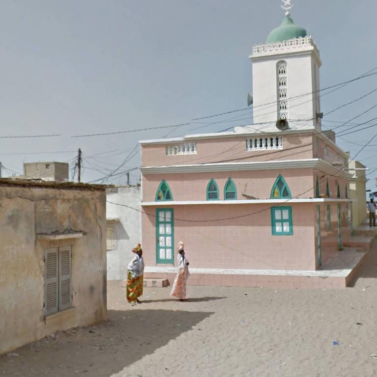 Mulheres em frente a mesquita no Senegal