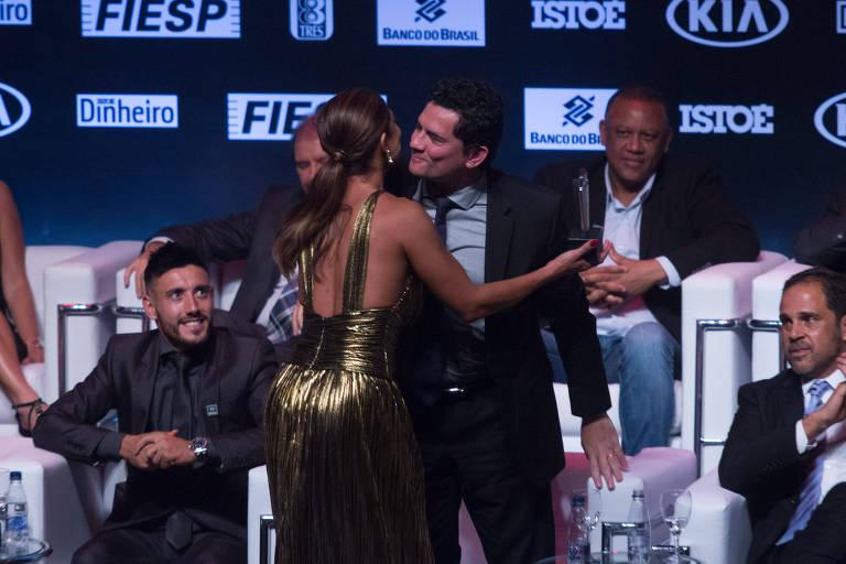Sergio Moro quebra protocolo para cumprimentar a atriz Juliana Paes durante a premiação em São Paulo