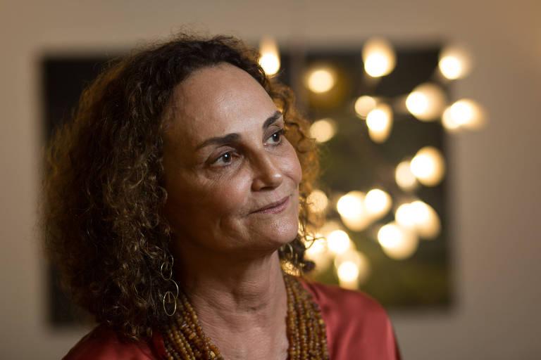 RIO DE JANEIRO, RJ, BRASIL, 07-02-2012, 16h00: Retrato da ex-diretora de desestatizacao do BNDES, Elena Landau, no escritorio dela, no Centro do Rio de Janeiro. Ontem, apos o anuncio da privatizacao dos aeroportos, Elena se manifestou no twitter: