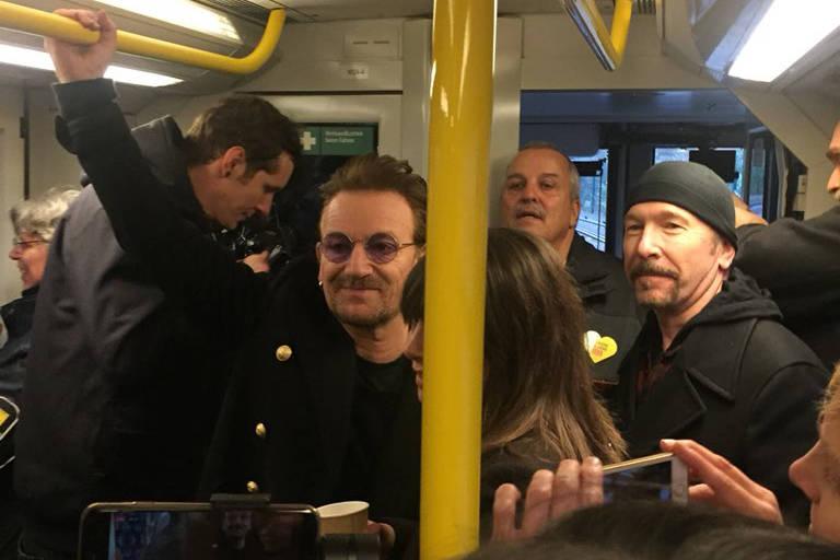 Bono e o guitarrista britânico The Edge usam metrô em Berlim