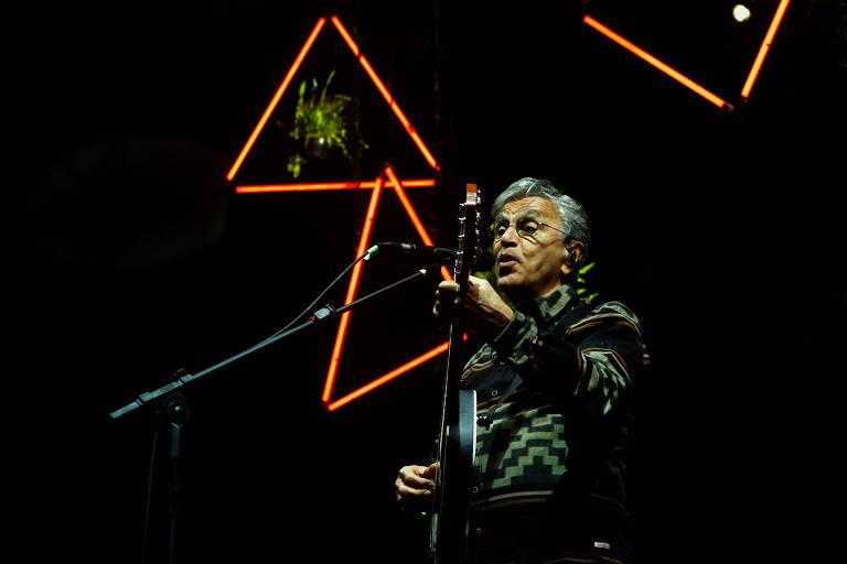 Caetano Veloso faz show gratuito no largo da Batata