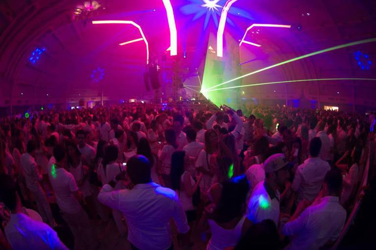 A banda de pagode Só pra Contrariar e DJs comandam o som da festa São Paulo New Year's Eve