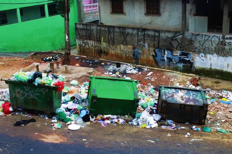 Caçambas e lixo espalhado na praça Arlindo Severino de Souza, na Brasilândia, antes de receber o Nossa Vila Limpa; agora local é área de lazer para moradores