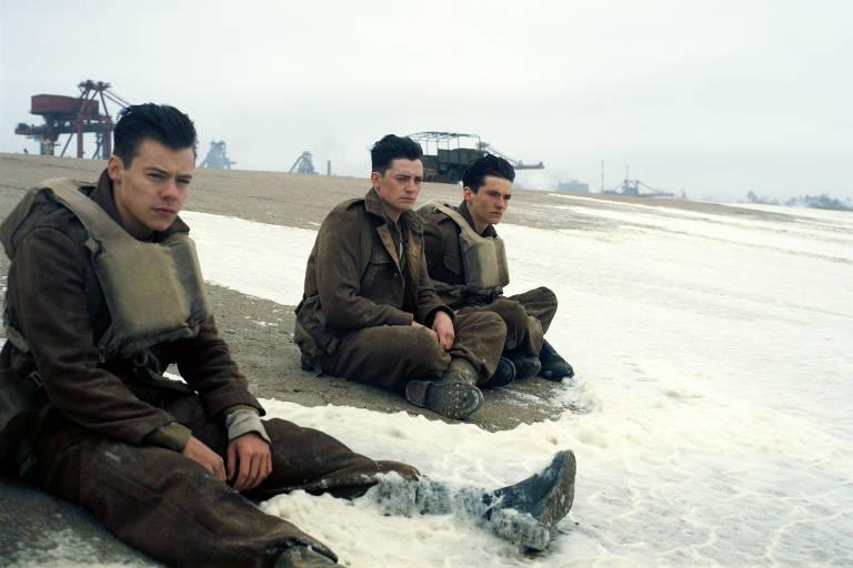 Harry Styles, Aneurin Barnard eFionn Whitehead em cena de 'Dunkirk' na praia