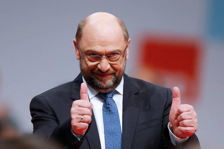 O líder do Partido Social-Democrata, Martin Schulz, faz sinal positivo durante convenção em Berlim