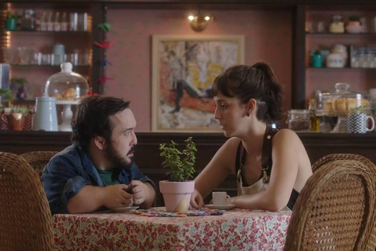Gigante Leo e Camila Márdila em cena do filme 'Altas Expectativas