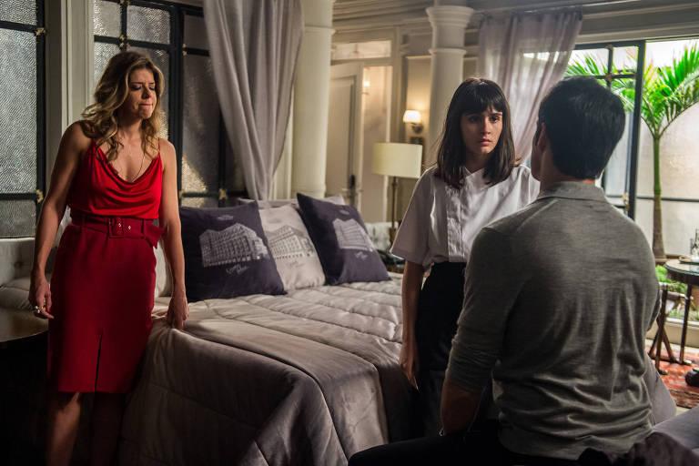 """Eric (mateus Solano), Maria Pia (Mariana Santos) e Bebeth (Valentina Herszage) em cena de """"Pega Pega"""""""
