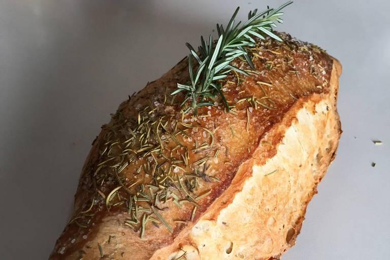 Pão de alecrim, feito com farinha orgânica e fermentação natural, é um dos carros-chefes