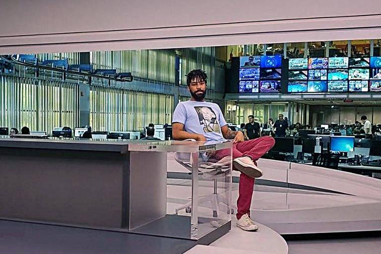 """Diego Rocha, que vazou vídeo de William Waack, tira foto no cenário do """"Jornal da Globo"""""""