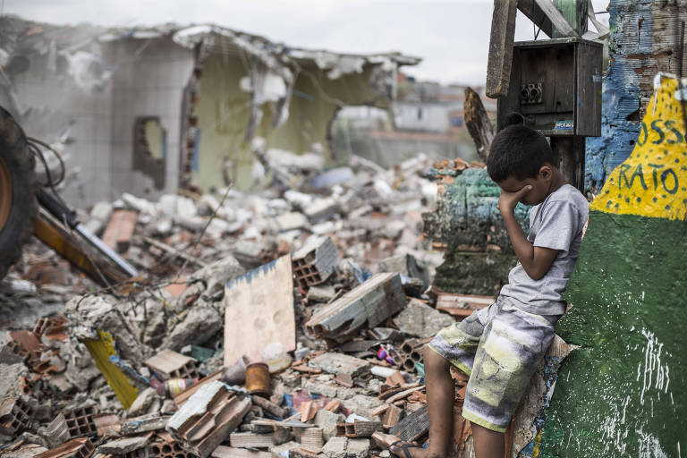 Trator faz demolição de imóveis para começar obra antienchente na Vila Itaim prometida desde 2013; região é alvo de alagamentos