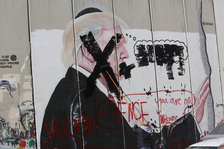 Grafite representando Trump no Muro das Lamentações é coberto em muro de Belém, na Cisjordânia