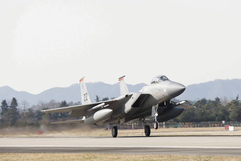 Um caça americano F-15 usado na defesa do Japão durante exercício militar