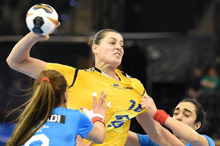 A atleta brasileira Eduarda Amorim é bloqueada pelas tunisianas Ines Jaouadi e Fatma Bouri durante o Campeonato Mundial de Handebol Feminino