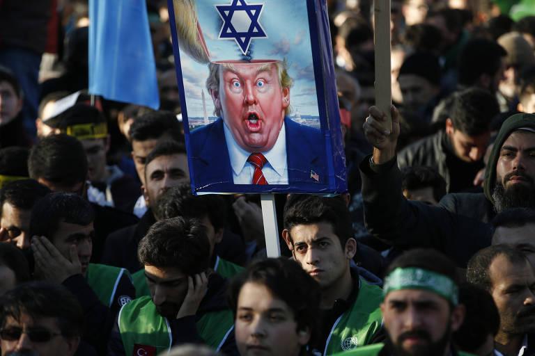 Manifestante carrega cartaz com caricatura de Donald Trump em ato contra o americano em Istambul