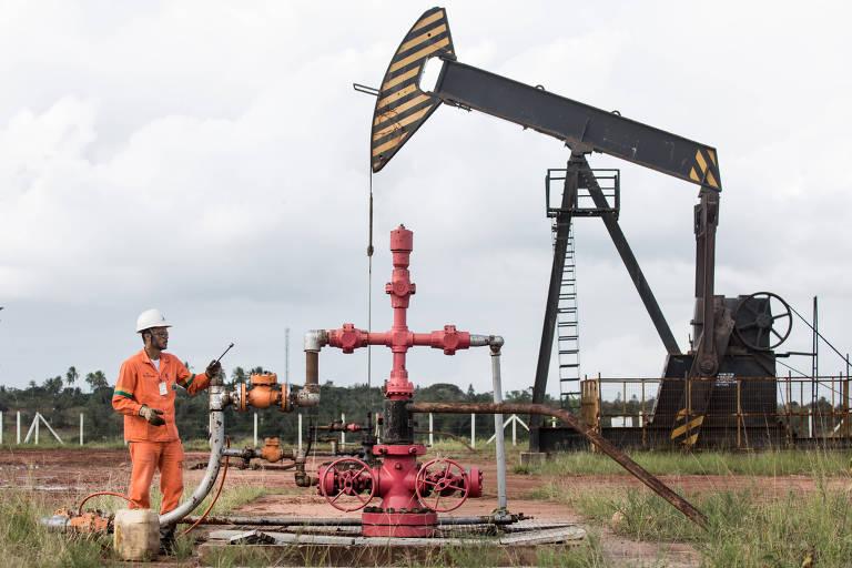 Funcionário da Petrobras coleta amostra em unidade de bombeio de petróleo no interior da Bahia.