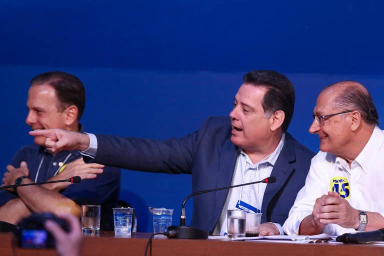 Ao centro, Marconi Perillo conversa com Geraldo Alckmin durante a convenção que formalizou o paulista como presidente do PSDB