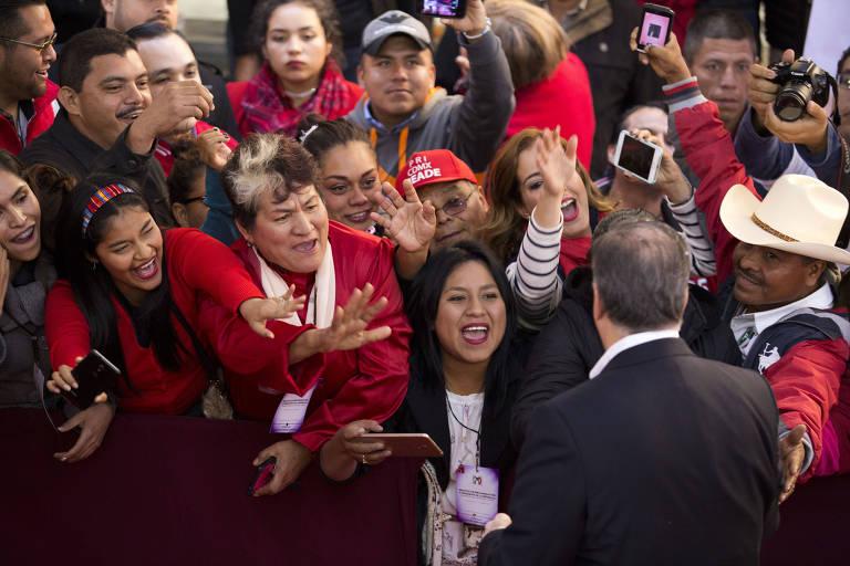 Apoiadores sa�dam o candidato governista Jos� Antonio Meade em evento na Cidade do M�xico