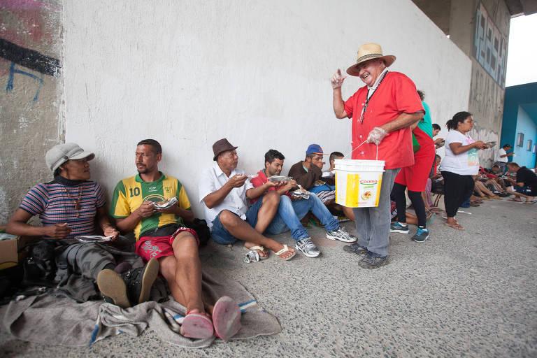 Aposentado alimenta moradores de rua