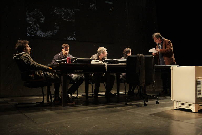 """Os atores Rodrigo Pandolfo, Felipe de Carolis, Marco Antônio Pâmio, Karen Coelho e Isaac Bernat em cena do espetáculo """"Céus"""" no Teatro Vivo em São Paulo"""