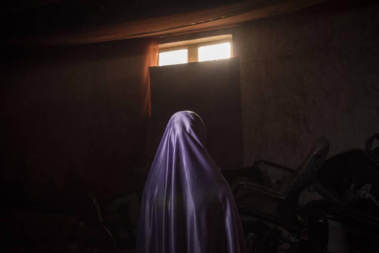 Hadiza, 18, que diz ter sido estuprada pelo menos 20 vezes por soldados em campo de refugiados em Maiduguri (Nig�ria)
