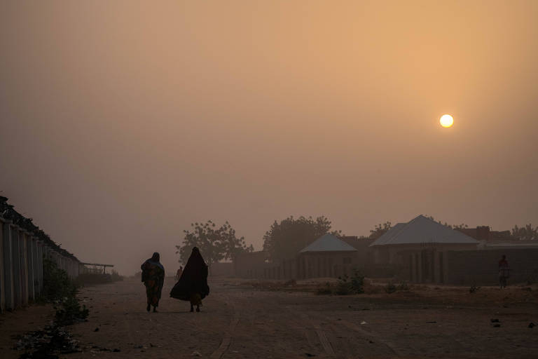 Pessoas caminham em Maiduguri, na Nig�ria, para onde muitos refugiados do Boko Haram fugiram