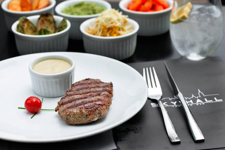 """Corte de carne e acompanhamentos servidos no Sky Hall Terrace Bar, cuja cozinha é comandada pelo ex-""""Masterchef"""" Martin Casilli"""