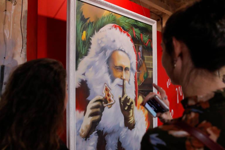 Vladimir Putin como Papai Noel em pintura da exposição 'SuperPutin'