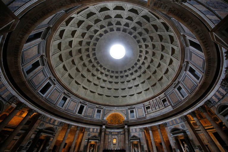 Visão do óculo no interior do Panteão de Roma, na Itália