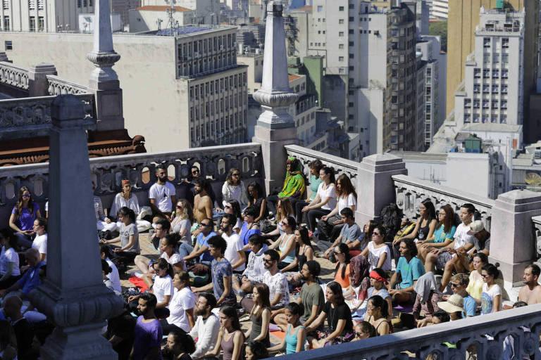 Pessoas fazem medita��o coletiva no topo do edif�cio Martinelli, no centro da capital paulista