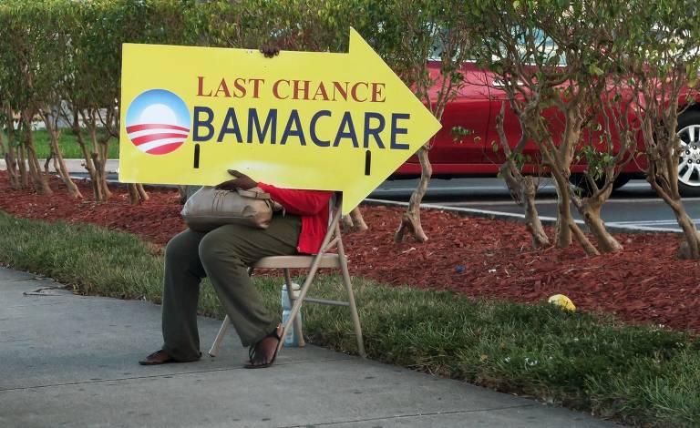 Sinalização com logo do Obamacare na entrada de agência de seguro em Miami