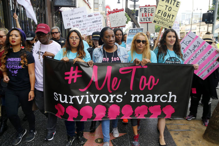 Participantes do movimento #MeToo durante manifestação em Los Angeles