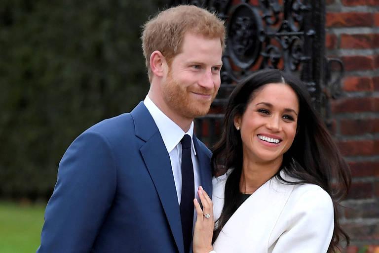 Meghan Markle e príncipe Harry posam juntos após anunciar noivado