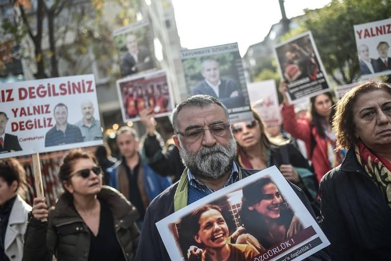 Manifestantes protestam contra prisão de jornalistas na Turquia