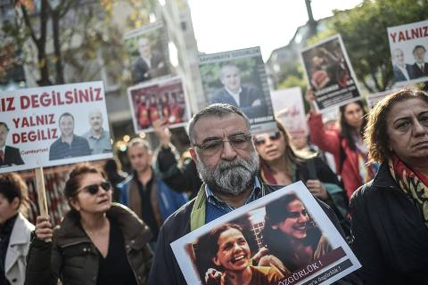 People hold portraits of arrested people as they take part in a protest against the Turkish government for arresting journalists, academicians and lawyers on December 2, 2017 during a demostration in Istanbul.  / AFP PHOTO / OZAN KOSE ORG XMIT: 5679