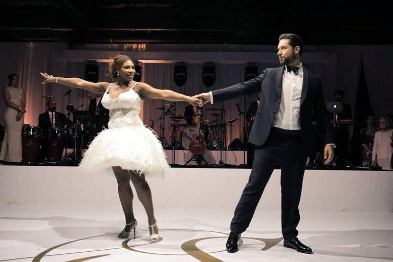 Serena Williams usou um vestido diferente para dançar com o noivo  Alexis Ohanian