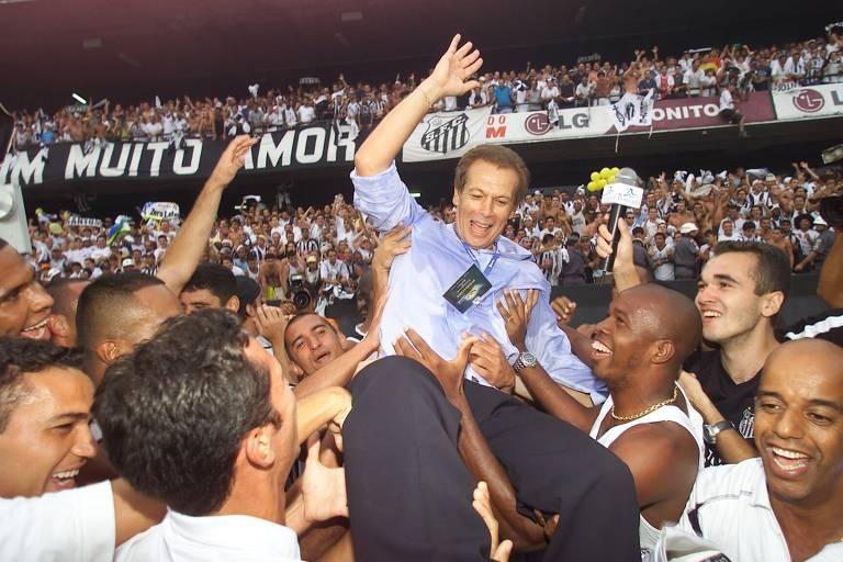 Imagens do título brasileiro do Santos em 2002