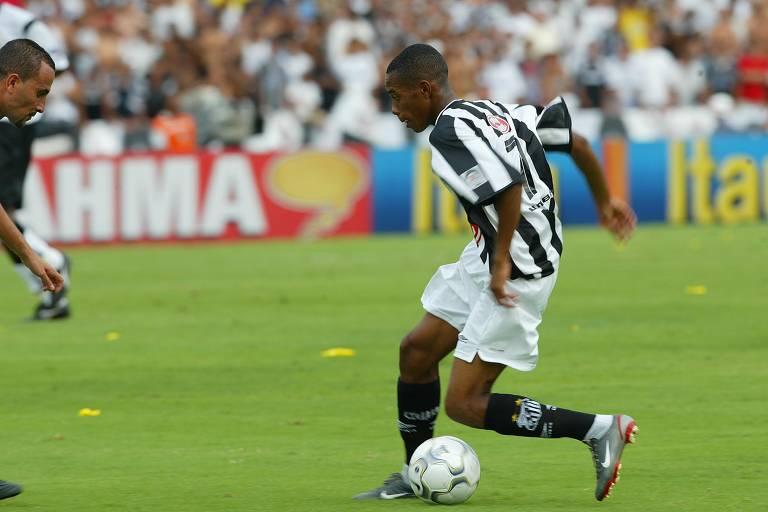 Robinho parte para cima de Rogério antes de sofrer pênalti na decisão do Nacional de 2002