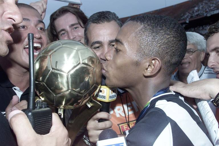 O atacante Robinho beija a taça de campeão brasileiro de 2002