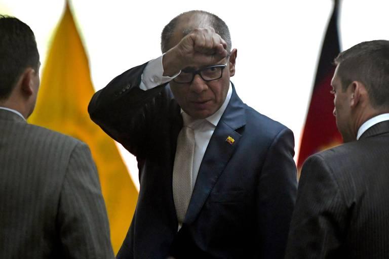 O vice-presidente do Equador, Jorge Glas, deixa tribunal com punho em riste após ser condenado