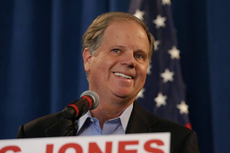 O democrata Doug Jones dá entrevista no dia seguinte a ser eleito senador pelo Alabama