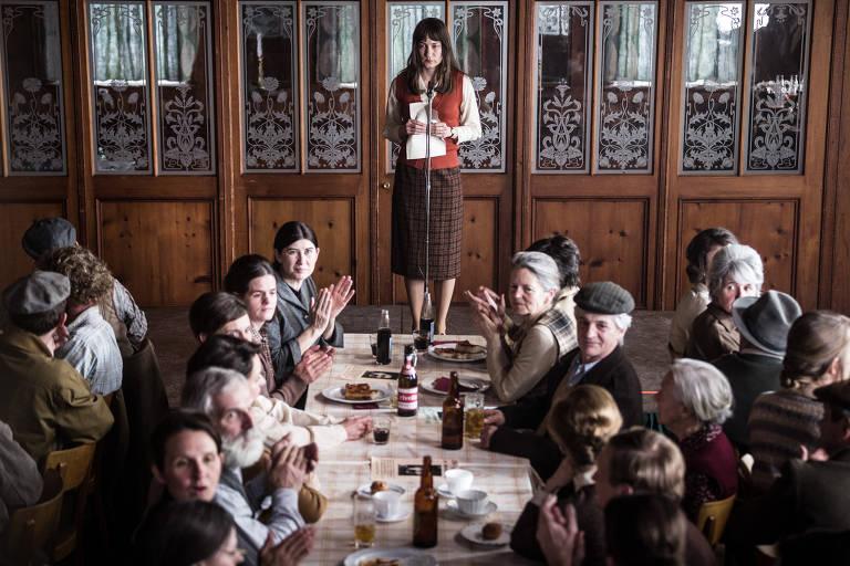 """Cena do filme """"Mulheres Divinas"""" (""""The Divine Order""""), de Petra Biondina Volpe"""