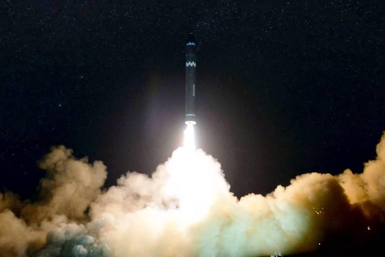 Foto divulgada pelo regime norte-coreano mostra lançamento do míssil Hwasong-15 em novembro